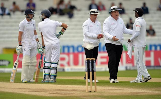 England's Joe Root (L) looks on as the umpires speak to Sri Lanka's Angelo Mathews (R) during the fifth and final day's play in their second Test match, at Headingley in Leeds, on June 24, 2014 (AFP Photo/Paul Ellis)