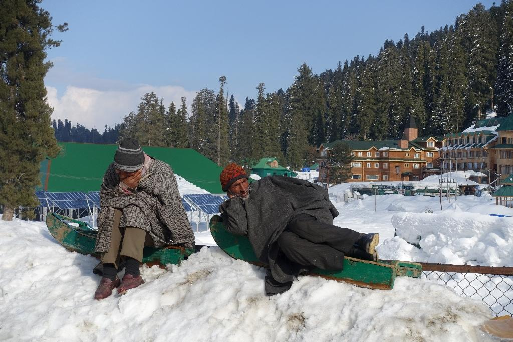 Kashmiris wait for the arrival of tourists at Gulmarg -- there is a lack of demand this season after a spike in unrest last summer (AFP Photo/Clara GIRAUD)