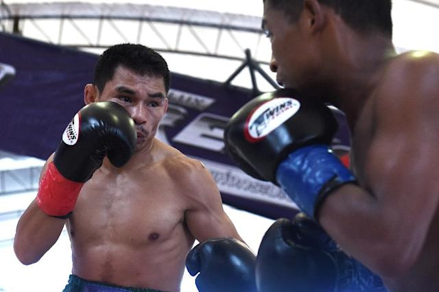 With his 50th straight victory, Thai boxer Wanheng Menayothin (L) equalled Floyd Mayweather Jr's undefeated record (AFP Photo/LILLIAN SUWANRUMPHA )