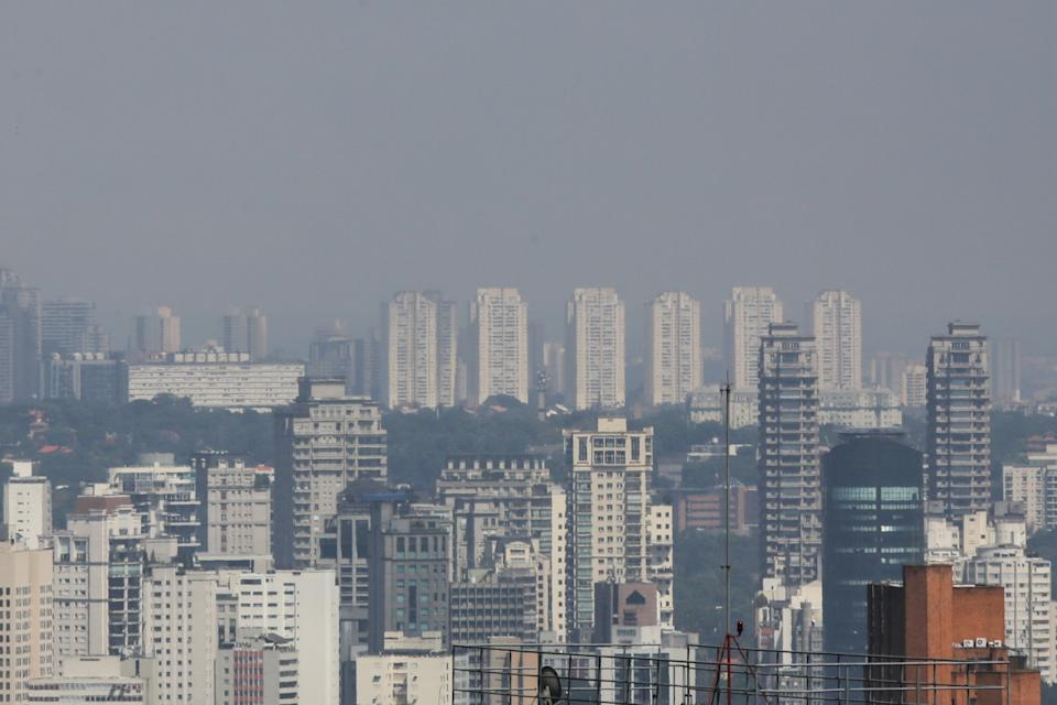 Blue sky and little air pollution in the city of São Paulo, seen from Avenida Paulista, central region, this Tuesday morning. The quarantine established in the state of São Paulo, due to the pandemic of the new coronavirus (covid-19), caused a decrease in the circulation of vehicles, reducing the emissions of polluting substances in the atmosphere. Since March 20, the Environmental Company of the State of São Paulo has recorded, in all 29 monitoring stations in the region, good air quality for primary pollutants, which are emitted directly by polluting sources. March 31, 2020. (Photo: Fábio Vieira/FotoRua) (Photo by Fabio Vieira/FotoRua/NurPhoto via Getty Images)