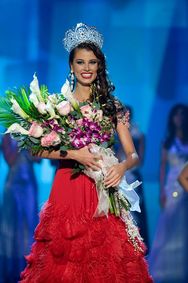 Reacting to the cheering Bahamian crowd, 18 year old Stefania Fernandez, Miss Venezuela 2009, of Mérida, is crowned Miss Universe 2009.