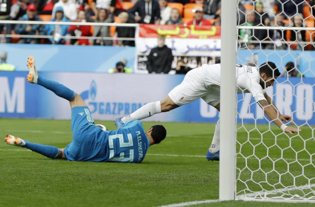 Egypt goalkeeper Mohamed Elshenawy, left, stopped Uruguay's Luis Suarez during the group A match between Egypt and Uruguay at the 2018 soccer World Cup in the Yekaterinburg Arena in Yekaterinburg, Russia, Friday, June 15, 2018. (AP Photo/Natacha Pisarenko)