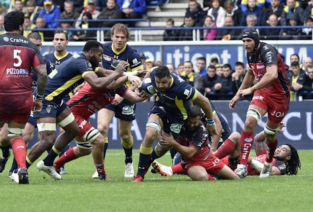 Clermont's flanker Damien Chouly (C) tries to escape with the ball the ball during a rugby union match against Toulon on April 2, 2017 at the Michelin stadium in Clermont-Ferrand, central France (AFP Photo/THIERRY ZOCCOLAN)
