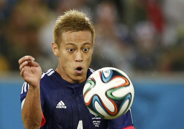 Japan's Keisuke Honda eyes the ball during their 2014 World Cup Group C soccer match against Greece at the Dunas arena in Natal June 19, 2014. REUTERS/Toru Hanai (BRAZIL - Tags: SOCCER SPORT WORLD CUP TPX IMAGES OF THE DAY)