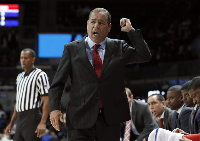 """Kelvin Sampson's <a class=""""link rapid-noclick-resp"""" href=""""/ncaaf/teams/houston/"""" data-ylk=""""slk:Houston Cougars"""">Houston Cougars</a> are 24-1 this season and projected as a No. 3 seed in the NCAA tournament. (AP)"""