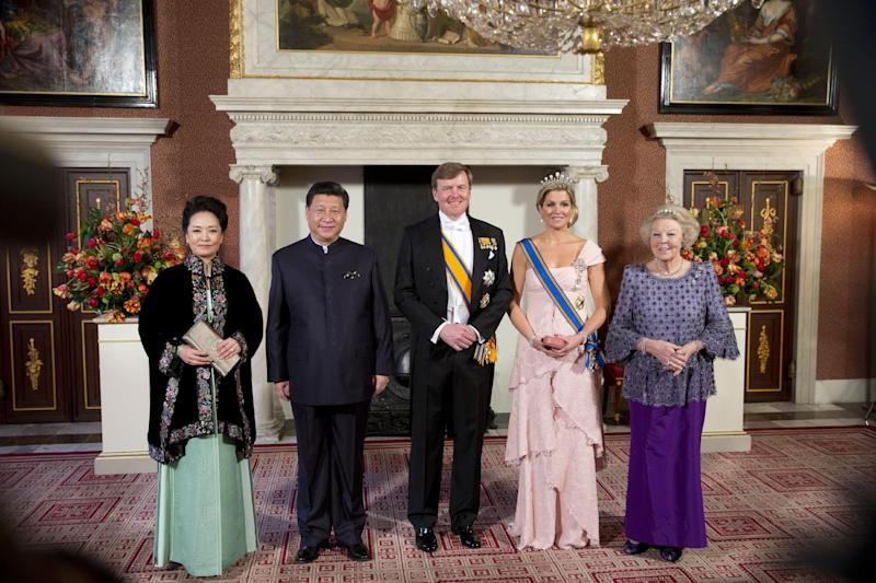 China's President Xi Jinping, second left, his wife Peng Liyuan, left, Dutch King Willem Alexander, center, Queen Maxima, second right, and Princess Beatrix, right, pose for the official photo at the royal palace in Amsterdam, Netherlands, Saturday March 22, 2014. Xi is on a two-day state visit ahead of the March 24 and 25 Nuclear Security Summit in The Hague. (AP Photo/Peter Dejong)