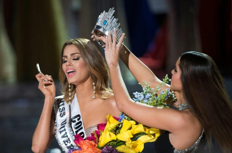 Miss Colombia Ariadna Gutierrez (left) is mistakenly crowned Miss Universe 2015 by Miss Universe 2014 Paulina Vega (right)