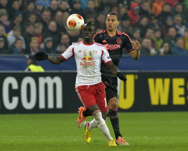 Sadio Mane (front) vies for the ball during a football match in Salzburg on February 27, 2014 (AFP Photo/Samuel Kubani)