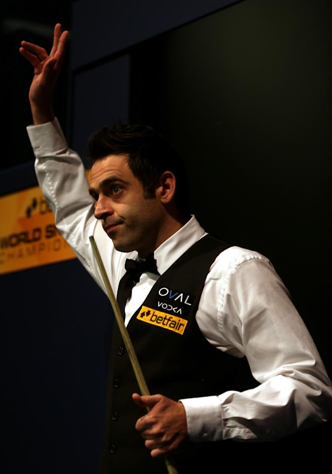 SHEFFIELD, ENGLAND - MAY 05:  Ronnie O'Sullivan of England acknowledges the crowd ahead of his final match against Barry Hawkins of England for the Betfair World Snooker Championship at the Crucible Theatre on May 5, 2013 in Sheffield, England.  (Photo by Warren Little/Getty Images)