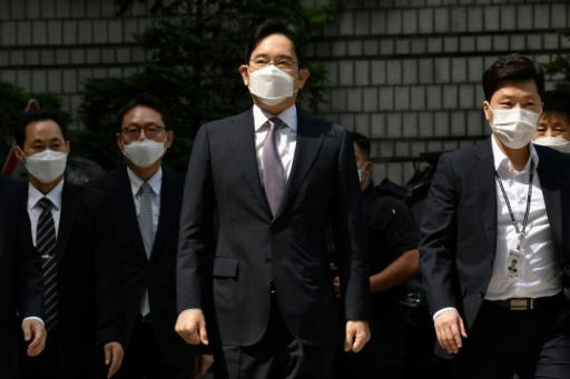 Samsung heir Lee Jae-yong (C) arrives at court for a hearing that rejected detaining him in connection with a controversial merger