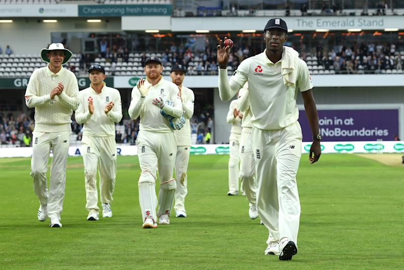 England players applaud Archer after his six wickets against Australia. (Photo by Stu Forster/Getty Images)