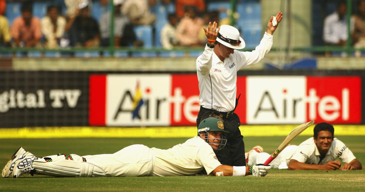 NEW DELHI, INDIA - OCTOBER 31:  Umpire Billy Bowden signals to teams to stand up as Captain Anil Kumble of India and Matthew Hayden of Australia lay flat on the pitch as they avoid a swarm of bees during day three of the Third Test match between India and Australia at Feroz Shah Kotla Stadium on October 31, 2008 in New Delhi, India.  (Photo by Global Cricket Ventures/BCCI via Getty Images)