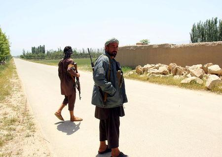 Afghan militias stand near a frontline during a battle at the Chardara district of Kunduz province, May 3, 2015.  REUTERS/Stringer