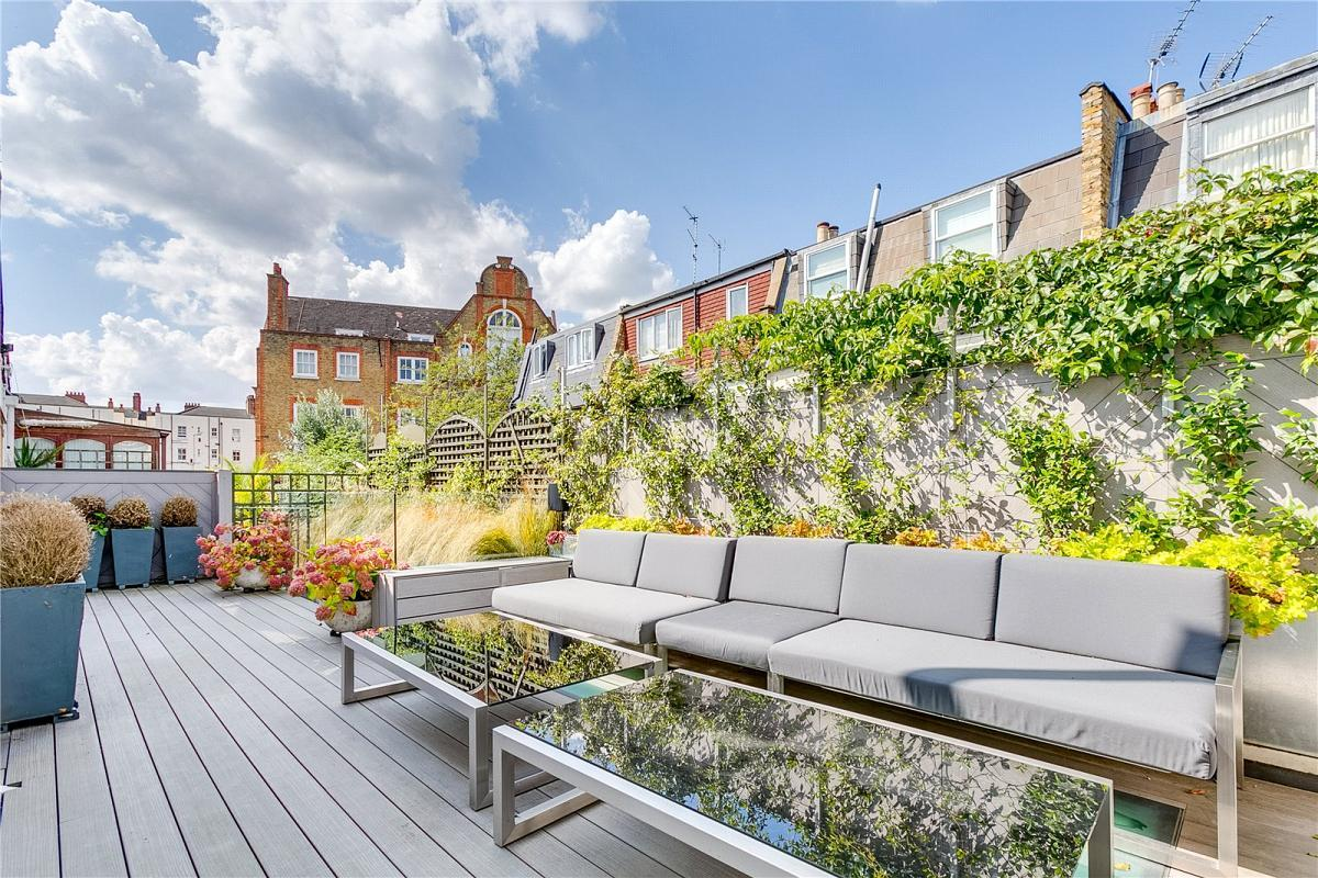 <p>When Hunt was living here, the property was pretty much a mews flat over a car garage. </p>