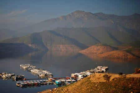 Houseboats sit on Lake Kaweah, well below the visible high-water mark in Lemon Cove, California January 17, 2015. REUTERS/Lucy Nicholson