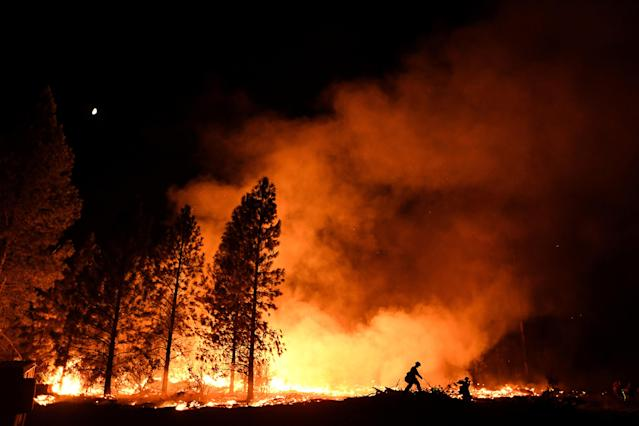 <p>A firefighter battles the Ponderosa fire east of Oroville, Calif., Aug. 29, 2017. (Photo: Noah Berger/Reuters) </p>