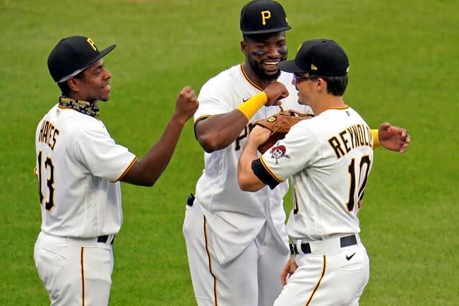 New father Reynolds homers as Pirates top Cubs 6-2