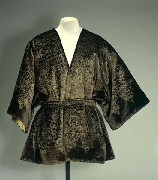 Mariano Fortuny (1871-1949). Jacket and belt in green bronze, gold-printed silk velvet. Fluted lining in beige silk. Matching belt. Circa 1912