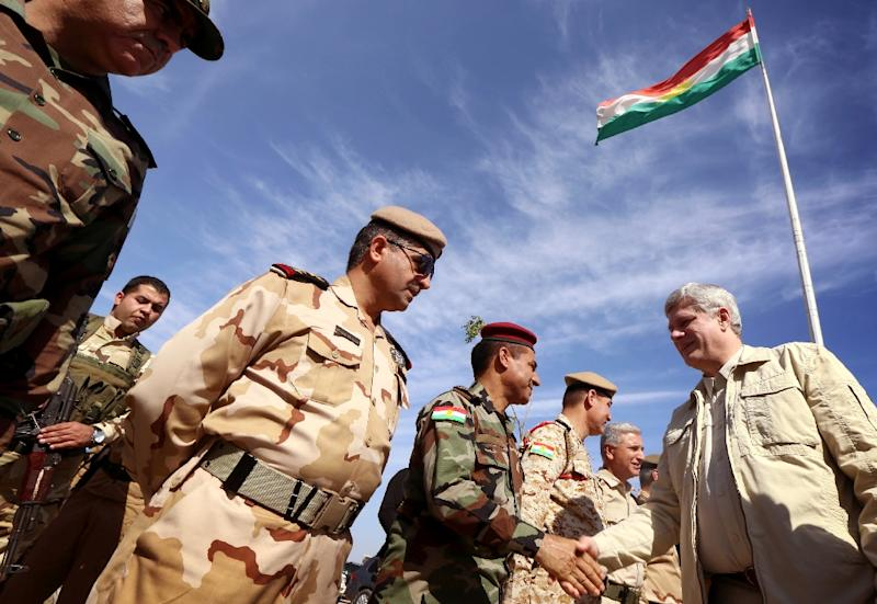 Canadian Prime Minister Stephen Harper (R) greets Iraqi Kurdish Peshmerga forces during a visit on the front line in Khazer near the Kurdish checkpoint of Aski kalak, on May 2, 2015 (AFP Photo/Safin Hamed)