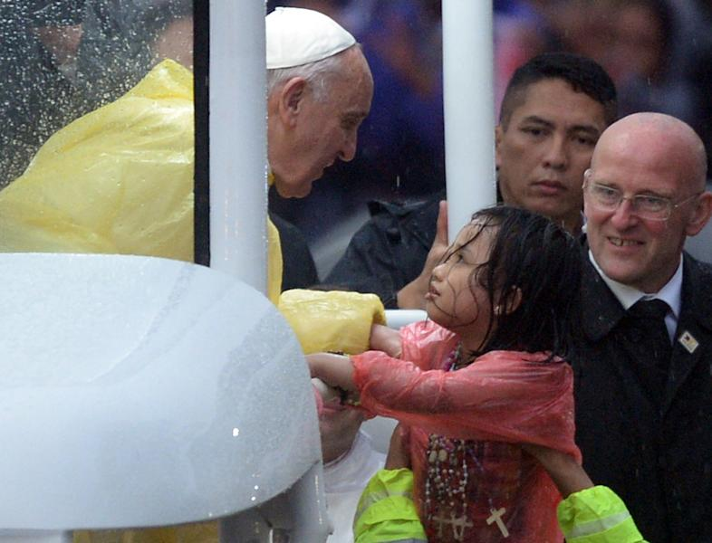 Pope Francis greets the crowd after celebrating mass at a park in Manila on January 18, 2015 (AFP Photo/Ted Aljibe)