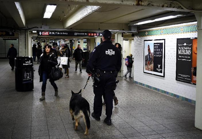 A New York Police Department (NYPD) officer patrols a subway station in New York, on March 22, 2016 (AFP Photo/Jewel Samad)