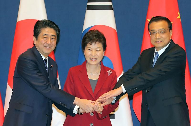 South Korean President Park Geun-Hye (C), Japanese Prime Minister Shinzo Abe (L) and Chinese Premier Li Keqiang pose for a photo ahead of a trilateral leadership summit in Seoul, on November 1, 2015 (AFP Photo/-)