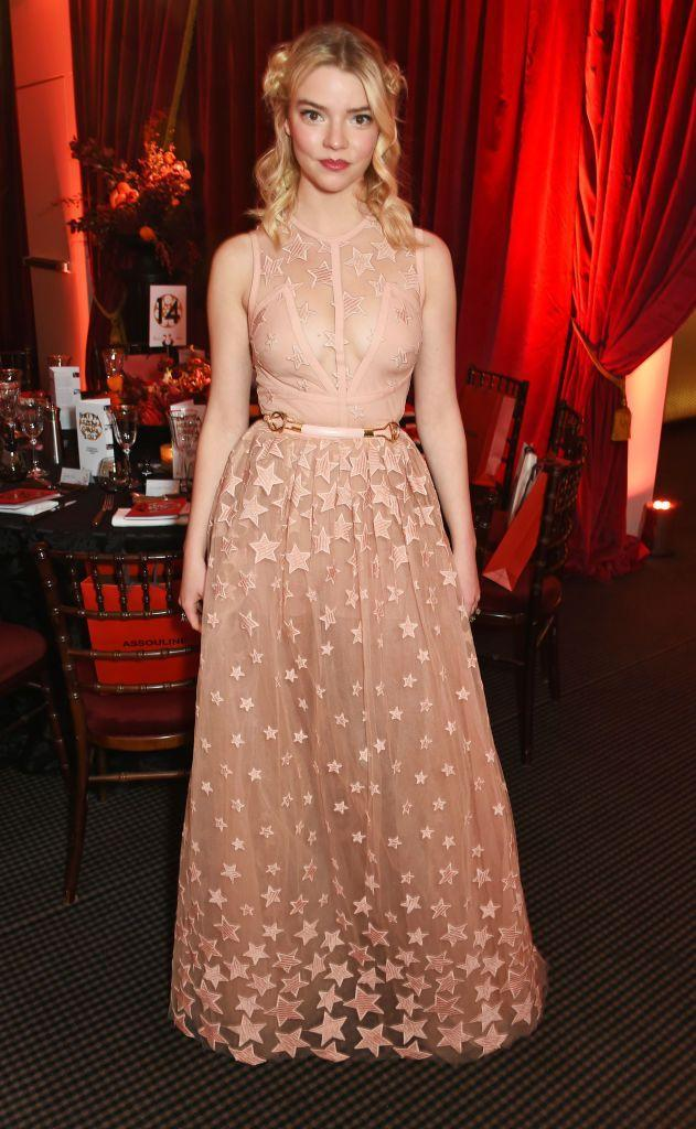 <p>With her hair up in ringlets the actor wore a peach-hued dress, aptly embroidered with stars.</p>