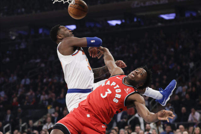 New York Knicks' Julius Randle, left, defends against Toronto Raptors' OG Anunoby during the first half of an NBA basketball game Friday, Jan. 24, 2020, in New York. (AP Photo/Frank Franklin II)