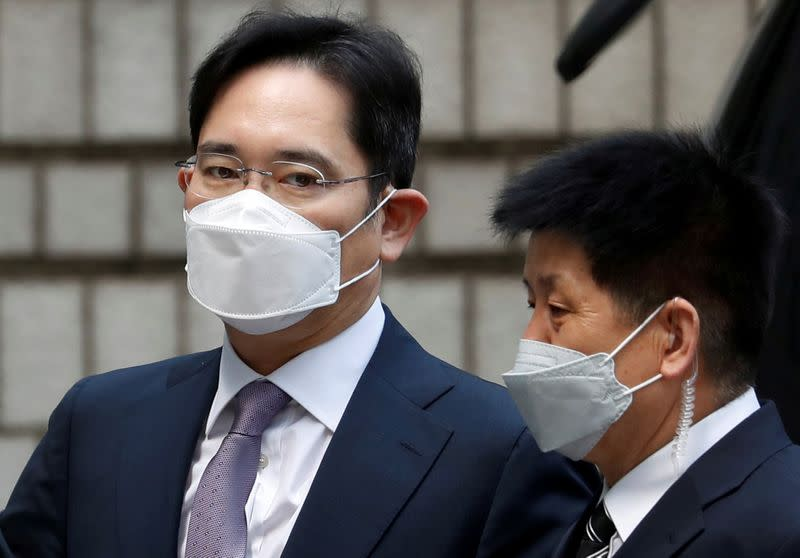 Samsung Group heir Jay Y. Lee arrives for a court hearing to review a detention warrant request against him at the Seoul Central District Court in Seoul
