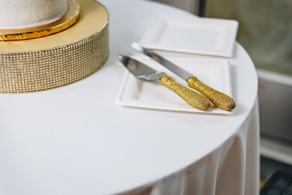 <p>If you want to add a little personality to your table settings, just add glitter! All you have to do is cover each utensil's handle in glue, roll it in glitter, and finish it with a layer of clear paint or glue.</p>