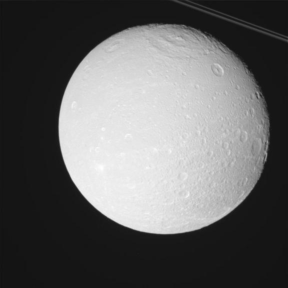 Amazing Photos of 2 Saturn Moons Snapped by Cassini Probe