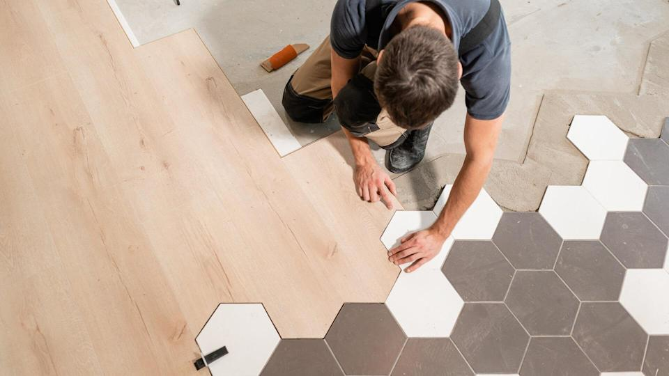 The combination of wood panels of laminate and ceramic tiles in the form of honeycomb.