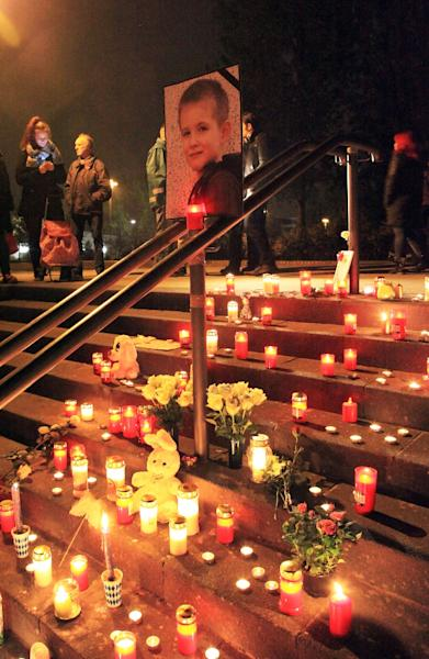Candles and flowers are placed around a photograph of six-year-old Elias on October 30, 2015 in Potsdam near Berlin, northeastern Germany (AFP Photo/Manfred Thomas)