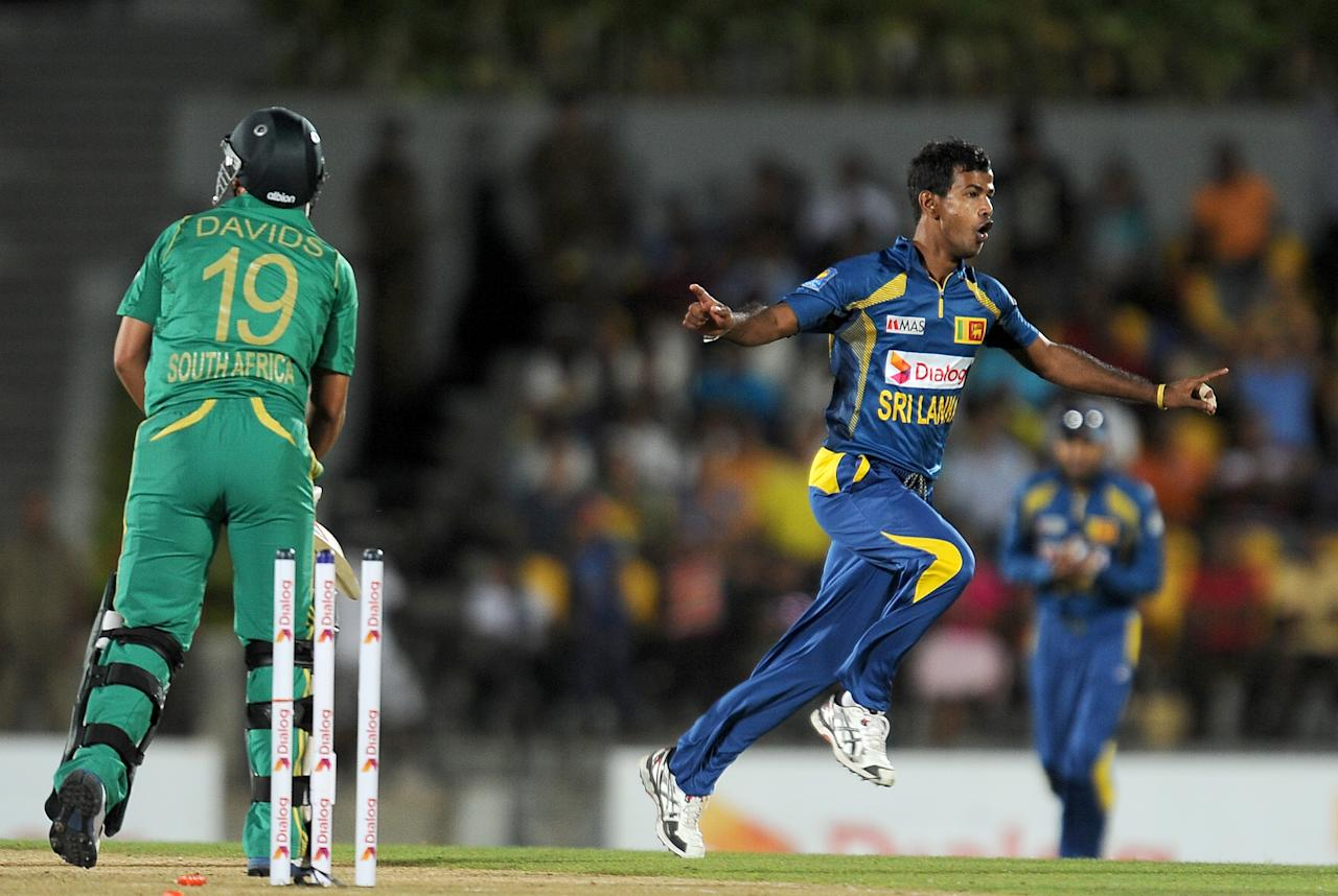 Sri Lankan cricketer Nuan Kulasekara (R) celebrates after he dismissed South African batsman Henry Davids (L) during the second Twenty20 cricket match between Sri Lanka and South Africa at the Suriyawewa Mahinda Rajapakse International Cricket Stadium in the southern district of Hambantota on August 4,2013. AFP PHOTO / LAKRUWAN WANNIARACHCHI
