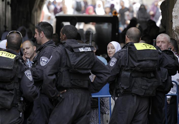 Palestinians are blocked by Israel security force from entering the Al-Aqsa Mosque compound in Jerusalem, October 8, 2014 (AFP Photo/Ahmad Gharabli)