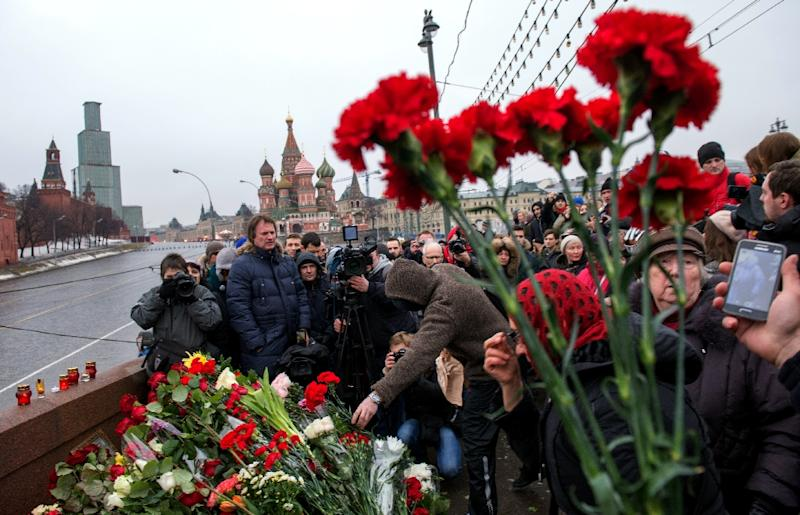 Russian mourners gather at the spot where opposition leader Boris Nemtsov was shot dead, near St Basil's Cathedral in Moscow, on February 28, 2015 (AFP Photo/Alexander Utkin)