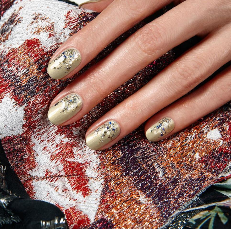 "<p>Take a gold nail look one step further by diffusing a thick glittery top coat starting at cuticle.</p><p><a rel=""nofollow"" href=""https://www.instagram.com/p/BAOLB6fxL1N/?taken-by=jinsoonchoi"">@jinsoonchoi</a></p>"