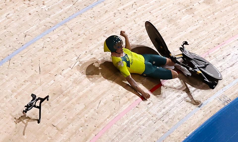 IZU, JAPAN - AUGUST 2, 2021: Australia's Alexander Porter falls during the men's team pursuit qualifying cycling track event during the 2020 Summer Olympic Games at the Izu Velodrome. Valery Sharifulin/TASS (Photo by Valery Sharifulin\TASS via Getty Images)
