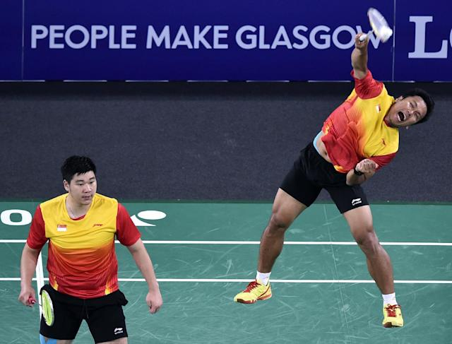 Singapore's Danny Chrisnanta (R) and Chayut Triyachart return to Malaysia's Wei Shem Goh and Wee Kiong Tan during the Men's Double Badminton final match at the 2014 Commonwealth Games in Glasgow, Scotland, on August 3, 2014 (AFP Photo/Andrej Isakovic )