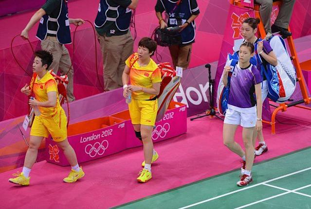 "Wang Xiaoli and <a class=""link rapid-noclick-resp"" href=""/olympics/rio-2016/a/1155563/"" data-ylk=""slk:Yang Yu"">Yang Yu</a> of China leave the court with Ha Na Kim and Kyung Eun Jung of Korea. (Getty Images)"