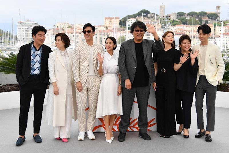 """""""Parasite"""" director Bong Joon-Ho poses with members of the cast at Cannes (AFP Photo/Alberto PIZZOLI)"""