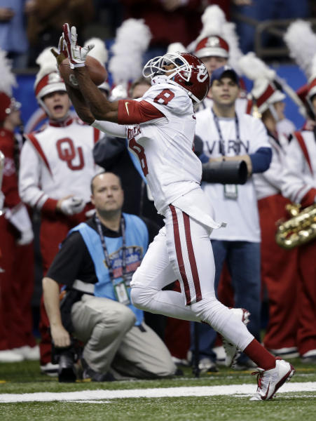 Oklahoma wide receiver Jalen Saunders pulls in a touchdown reception during the first half against Alabama in the Sugar Bowl NCAA college football game, Thursday, Jan. 2, 2014, in New Orleans. (AP Photo/Patrick Semansky)