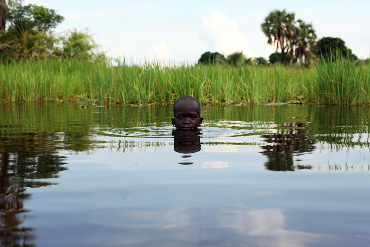 An internally displaced girl plays in the Sudd Swamp near the town of Nyal, South Sudan August 19, 2018. Picture taken August 19, 2018. REUTERS/Andreea Campeanu      TPX IMAGES OF THE DAY