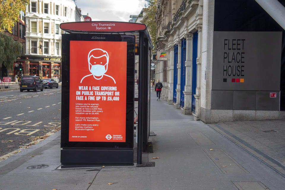 LONDON, UNITED KINGDOM - 2020/11/12: A sign warning to wear a face mask on public transport or face a fine up to £6,400 on a bus stops electronic display in London. (Photo by Dave Rushen/SOPA Images/LightRocket via Getty Images)