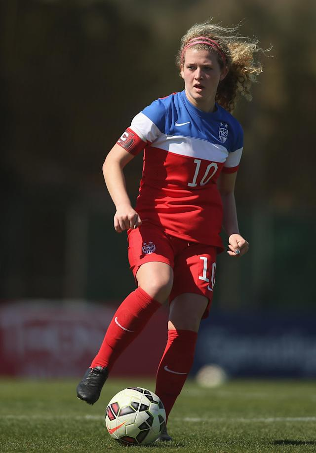 LA MANGA, SPAIN - MARCH 04: Emily Ogle (#10) of USA in action during the women's U23 international friendly match between USA U20 and England U23 on March 4, 2016 in La Manga, Spain. (Photo by Johannes Simon/Bongarts/Getty Images)