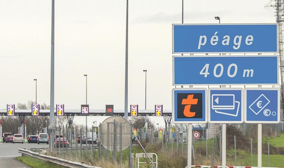 """<span class=""""caption"""">En France, les autoroutes sont privatisées depuis 2006. </span> <span class=""""attribution""""><a class=""""link rapid-noclick-resp"""" href=""""https://www.google.com/url?sa=i&amp;url=https%3A%2F%2Fwww.lasemaine.fr%2Fa4-retour-d-experience-sur-le-peage%2F&amp;psig=AOvVaw0B7FYkHyUsk_X8gFZhUXQZ&amp;ust=1603533238119000&amp;source=images&amp;cd=vfe&amp;ved=2ahUKEwjhns_5uMrsAhUK2uAKHdZfAx8QjRx6BAgAEAc"""" rel=""""nofollow noopener"""" target=""""_blank"""" data-ylk=""""slk:Raimond Spekking"""">Raimond Spekking</a>, <a class=""""link rapid-noclick-resp"""" href=""""http://creativecommons.org/licenses/by-sa/4.0/"""" rel=""""nofollow noopener"""" target=""""_blank"""" data-ylk=""""slk:CC BY-SA"""">CC BY-SA</a></span>"""