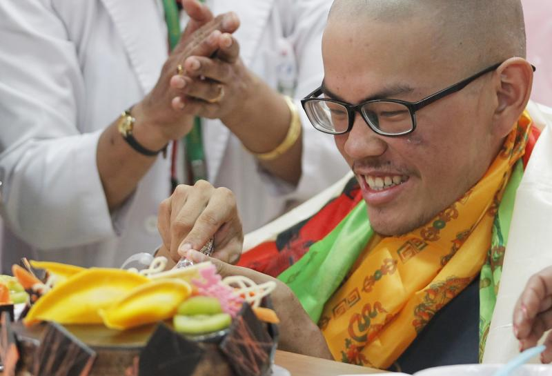 Taiwanese trekker Liang Sheng-yueh cuts a cake during a birthday celebration at Grandee International Hospital in Kathmandu, Nepal, Friday, April 28, 2017. The Taiwanese man who was rescued on Wednesday after 47 days on a mountain in Nepal has celebrated his 21st birthday at a hospital in the capital. (AP Photo/Niranjan Shrestha)