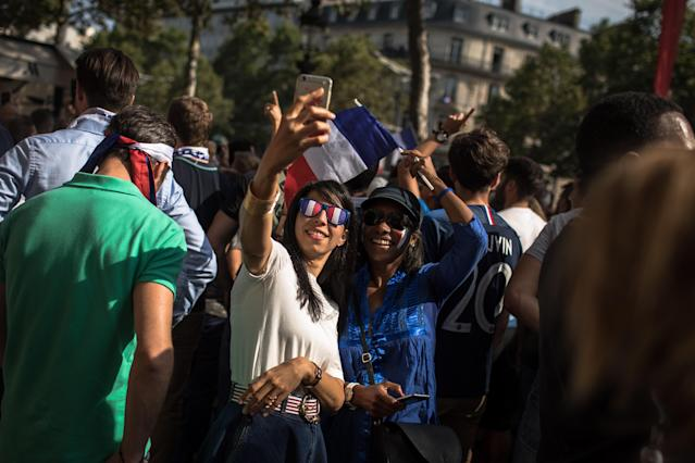 PIL02. Paris (France), 16/07/2018.- French supporters take selfies as they wait for the arrival of the France's national soccer team players for a parade down the Champs-Elysee avenue in Paris, France, 16 July 2018. France won 4-2 the FIFA World Cup 2018 final against Croatia in Moscow, on 15 July. (Croacia, Mundial de Fútbol, Moscú, Francia) EFE/EPA/ROMAN PILIPEY