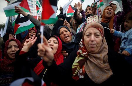 Palestinian women shout slogans during a protest against the U.S. intention to move its embassy to Jerusalem and to recognize the city of Jerusalem as the capital of Israel, in Gaza City December 6, 2017. REUTERS/Mohammed Salem