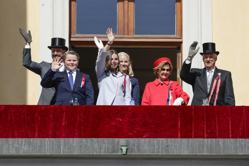 (L-R) Norwegian Crown Prince Haakon, Prince Sverre Magnus, Princess Ingrid Alexandra, Crown Prince Mette Marit, Queen Sonja, and King Harald wave from the balcony to school children as they parade outside the palace to mark the Norwegian Constitutional Day on May 17, 2019 at the Royal Palace in Oslo. (Photo by Ola VATN / NTB scanpix / AFP) / Norway OUT (Photo credit should read OLA VATN/AFP via Getty Images)